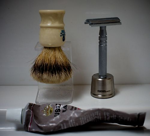 Using the Feather Stainless Steel DE razor